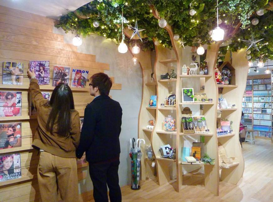 Hailey'5 Cafe in Tokyo's Shibuya Ward, shown on Nov. 20, 2017, is making itself more attractive to women with brighter interiors and female-focused amenities. | KYODO